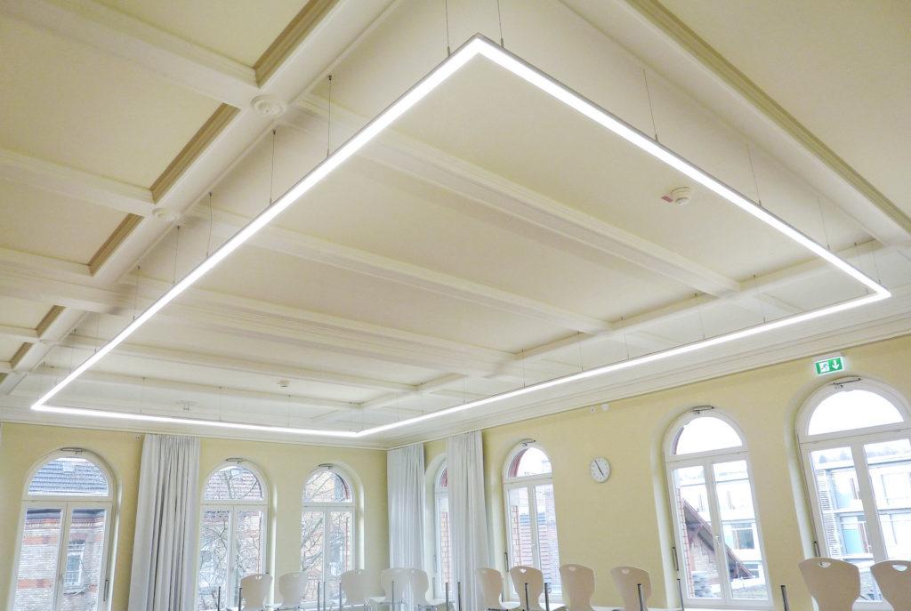 Instructielokaal met rechthoekige led lichtlijn profiel met opaal afscherming in tunable white