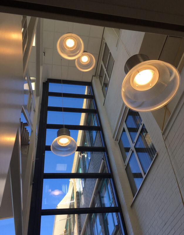 trappenhuis met 4 x led hanglamp Performer IV led highbay dimbaar met diffusor voor hoog lichtcomfort