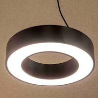 lichtring, led hanglamp, zwarte alu behuizing met opaal oplichtende cirkel van licht